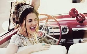 Очарование женщины за рулём картинка